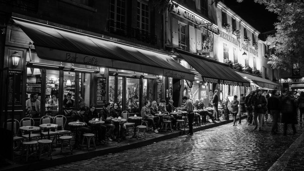 Cafe in Paris bei Nacht