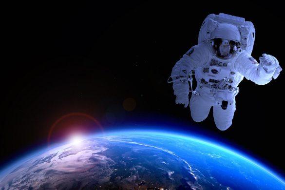 Astronaut im All mit Planet Erde
