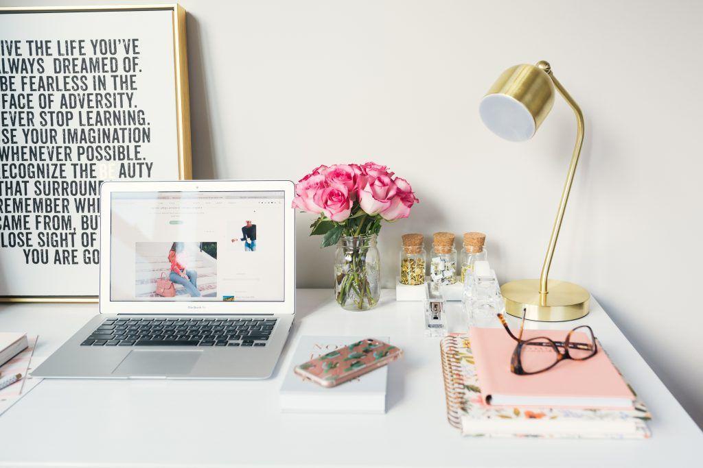 Schreibtisch mit Computer und Lampe, stylish