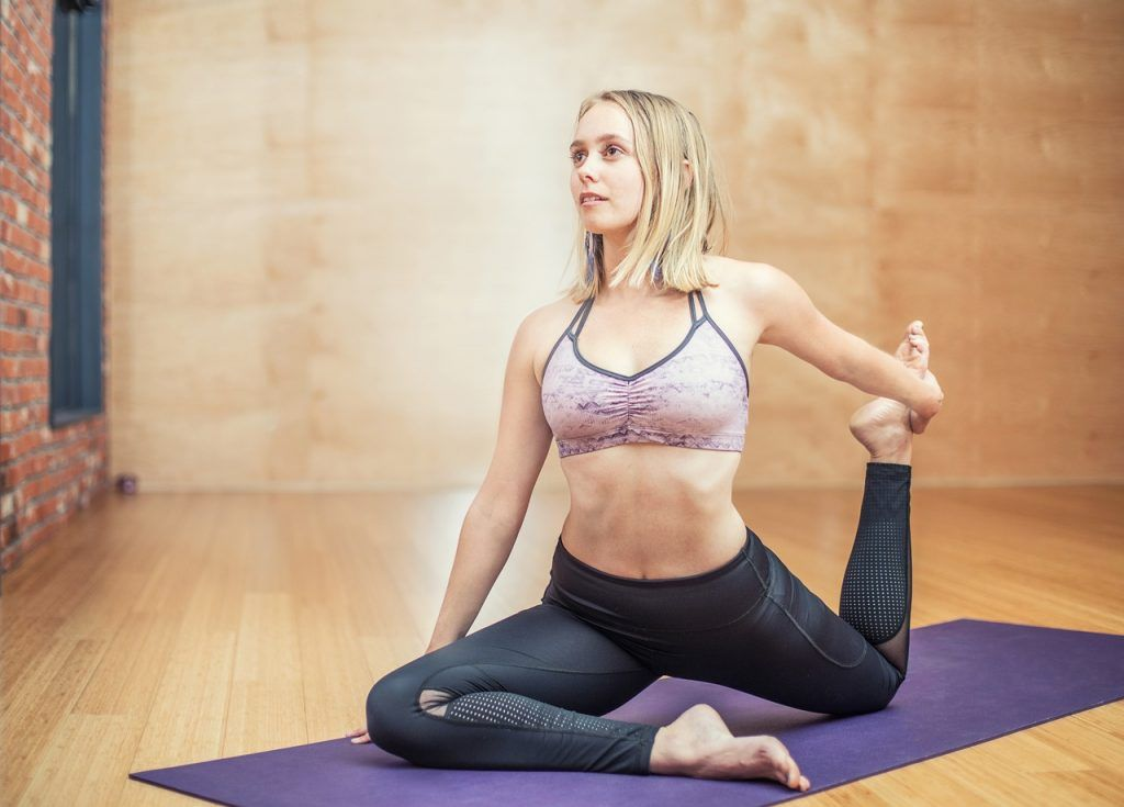 Junge Frau beim Yoga
