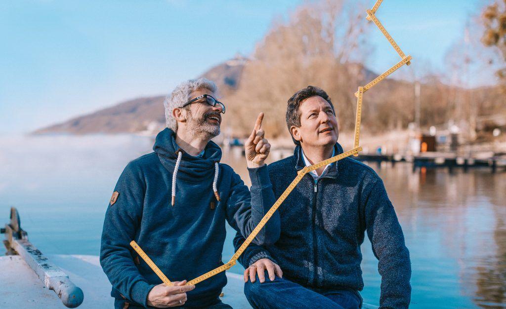 Eckart von Hirschhausen und Tobias Esch am See