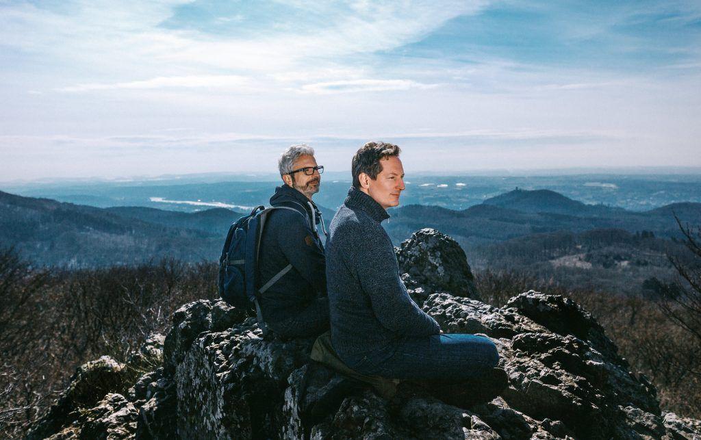 Eckart von Hirschhausen und Tobias Esch auf einem Berg