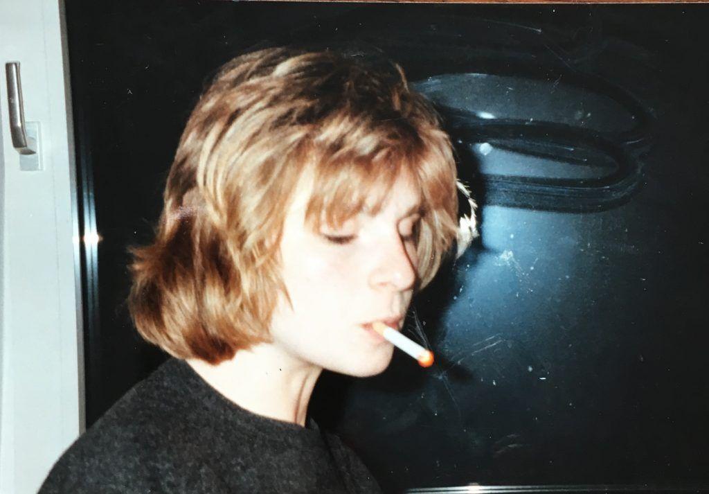 Maria Bachmann als Jugendliche mit Zigarette