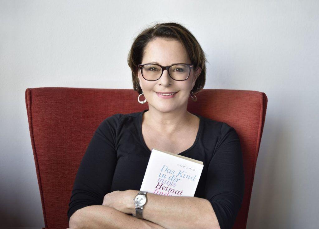 Buchautorin Stefanie Stahl mit Buch