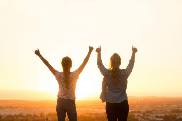 Zwei Frauen bei Sonnenuntergang - Entdecke Deine Willenskraft – Wie Du endlich erreichst, was Du Dir vorgenommen hast