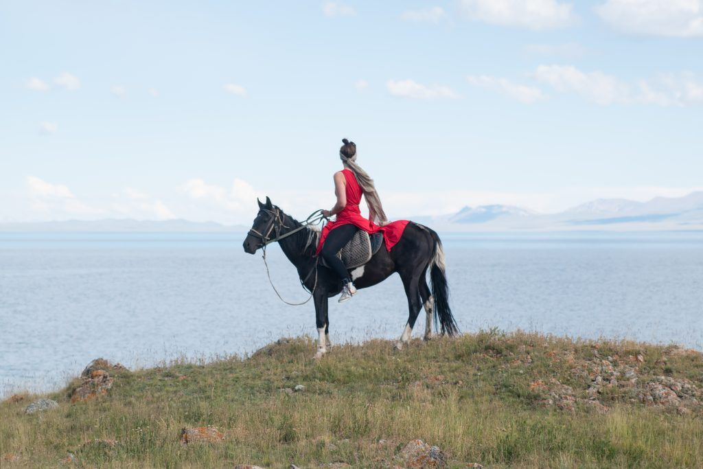 Lea Rieck auf einem Pferd in Kirgistan