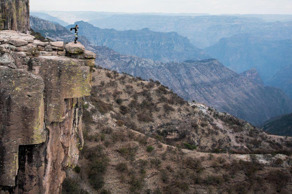 Lea Rieck in Mexico, steht an einem Abgrund, Freiheit