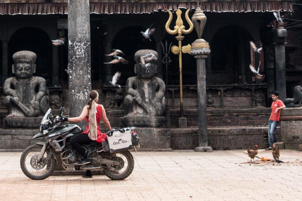 Lea Rieck in Nepal vor Tempel
