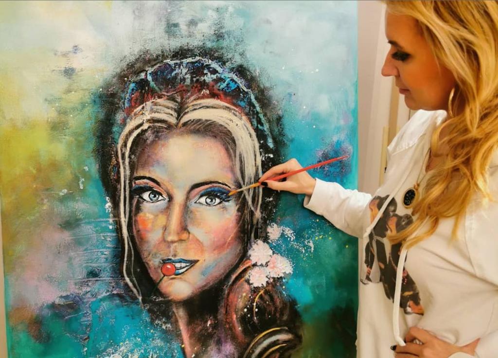 Halina Schirmer malt Kunstwerk