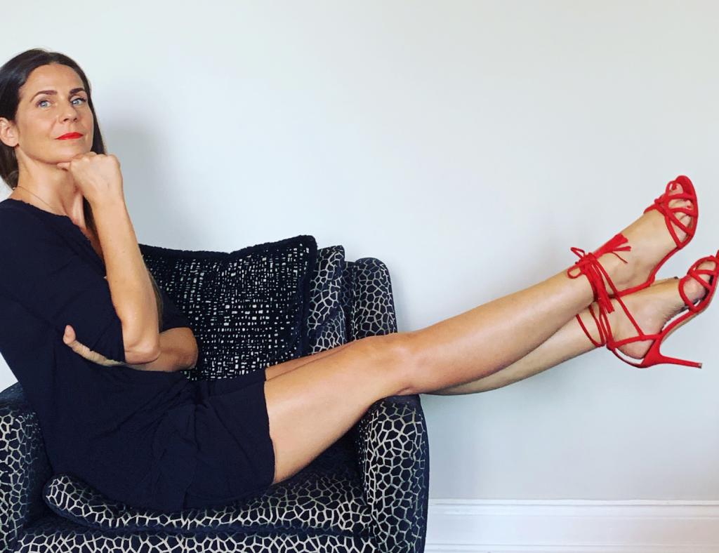 Coach Nina Kalmund mit roten High Heels