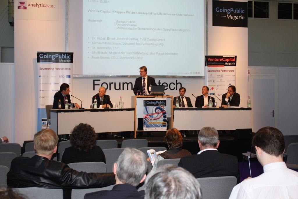 Wirtschaftsjournalist Markus Hofelich als Moderator auf der Analytica